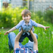 Father and son playing in the grass — Stockfoto