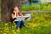 Moe school meisje in het park met boeken — Stockfoto