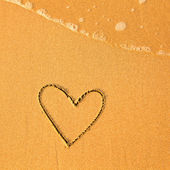 Shape of the heart of the sea on the beach in Valentine Day. Soft wave of the sea. — Stock Photo