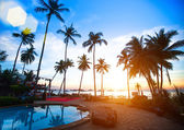Krásný západ slunce na pláži resort v tropech. — Stock fotografie