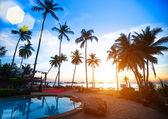 Mooie zonsondergang op een strandresort in de tropen. — Stockfoto