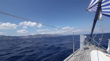 Sailing in the wind through the waves (HD) Luxury cruise yacht. — Vídeo de Stock