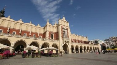 Main Market Square with the Renaissance Drapers' Hall, in Krakow, Poland. — Stock Video