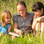 niños leyendo libro — Foto de Stock