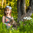 Little fanny girl playing with a cat in the park — Stock Photo