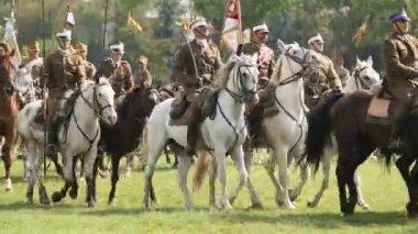 Deelnemers feest van de poolse cavalerie in het historische centrum, sep 22, 2013 in krakau, polen. — Stockvideo
