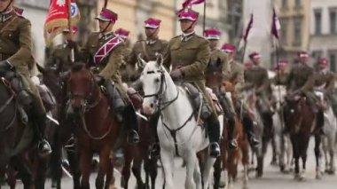 歴史的な市内中心部、9 月 22 日 2013 クラクフ、ポーランドでのポーランド騎兵の参加者の饗宴. — ストックビデオ