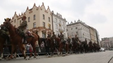Deelnemers feest van de poolse cavalerie in krakau, polen. — Stockvideo