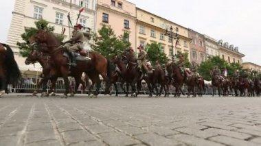 歴史的シティ センター、9 月 22 日 2013 クラクフ、ポーランドのポーランド騎兵の正体不明の参加者の饗宴. — ストックビデオ