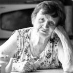 yaşlı bir kadın evinde portre — Stok fotoğraf