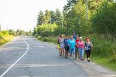 Los participantes no identificados durante de las competiciones locales en caminata nórdica dedican al día de la salud — Foto de Stock