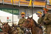 歴史的な市内中心部のポーランド騎兵の正体不明の参加者の饗宴 — ストック写真