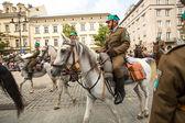 Festa de participantes não identificado da cavalaria polonesa no centro histórico da cidade — Foto Stock