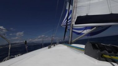Sailing in the wind through the waves (HD) — Stock Video