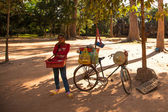 Unidentified cambodian street seller in Angkor Wat on Siem Reap, Cambodia — Stock Photo