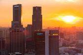 Een uitzicht op stad vanaf dak marina bay hotel op singapore. — Stockfoto