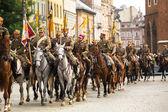 неизвестные участники праздник польской кавалерии в историческом центре города, 22 сентября 2012 г. в кракове, польша. фестиваль проводится в честь битвы 12 сентября 1683 года. — Стоковое фото