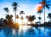 Vacker solnedgång på en beach resort i tropikerna. — Stockfoto
