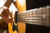 Close-up weibliche hand spielen auf der akustischen gitarre — Stockfoto