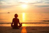 Zachód joga kobieta — Zdjęcie stockowe