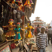 Souvenirs de vendedor en la plaza durbar — Foto de Stock