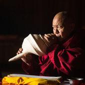 Budist lama müzik çalar — Stok fotoğraf