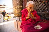Pèlerins non identifiés cercle boudhanath stupa — Photo