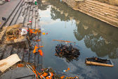 During the cremation ceremony along the holy Bagmati River — Stock Photo