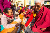 Unidentified tibetan Buddhist monks near stupa Boudhanath — Stock Photo
