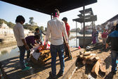 Unidentified local people during the cremation ceremony along the holy Bagmati River — Stock fotografie