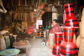 Maestro no identificado hace tambores en su taller — Foto de Stock