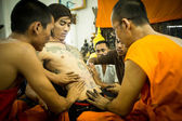 Unidentified monk makes traditional Yantra tattooing during Wai Kroo Master Day Ceremony in Wat Bang Pra — Stock Photo