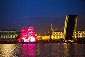 緋色の帆を示す白い夜の祭りの期間中のお祝い — ストック写真