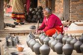 Homme du népal dans l'atelier de poterie — Photo