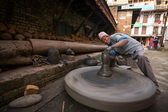 Homme népalais travaillant dans l'atelier de poterie — Photo