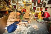 Hombre nepal que trabaja en su taller de madera — Foto de Stock