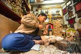 Nepalese homem trabalhando em sua oficina de madeira — Foto Stock