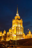 View of Hotel Ukraine on Embankment of the Moskva River at night in Moscow, Russia — Stockfoto