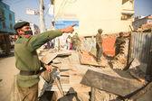 Polisen under rivning av bostäder slummen — Stockfoto