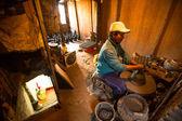 Man som arbetar i hans keramik verkstad — Stockfoto