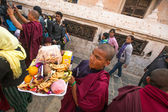 Buddhist pilgrims near stupa Boudhanath in Nepal — Photo
