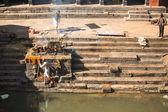 Kathmandu ölü yakma töreni sırasında insanlar — Stok fotoğraf