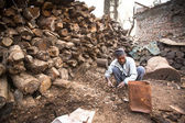 Unidentified man sort wood for cremation — Stockfoto