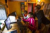 Onbekende kinderen in Les op de computer op jagadguru school — Stockfoto