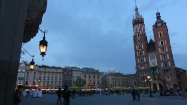 St.Mary's Church in historical center of Krakow. — Stockvideo