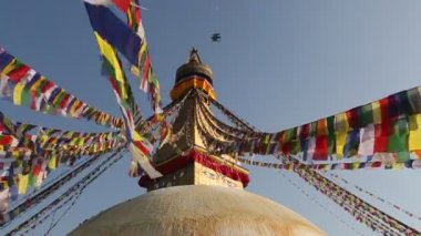 Kathmandu Bouddhanath stupa, colored flags fly, Nepal. — Stock Video