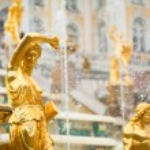 fuentes de la gran cascada de peterhof Palacio, San Petersburgo, Rusia — Foto de Stock