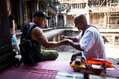 Hindu Brahmin blesses tourists — Stock Photo