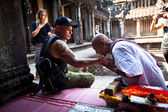 Hindu Brahmin blesses tourists — Photo