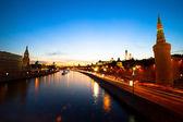 Dijk van de rivier de moskva in de buurt van het kremlin — Stockfoto